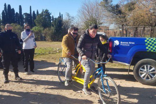 presos fabricaron y donaron una bicicleta doble comando para un no vidente