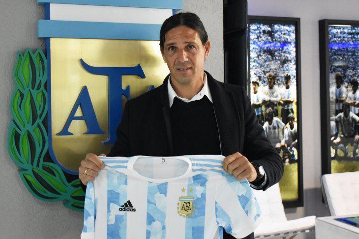 Portanova posa con la camiseta de la Selección Argentina.