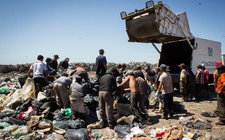 En Mar del Plata, la Iglesia busca capacitar a 250 familias que trabajan en el basural
