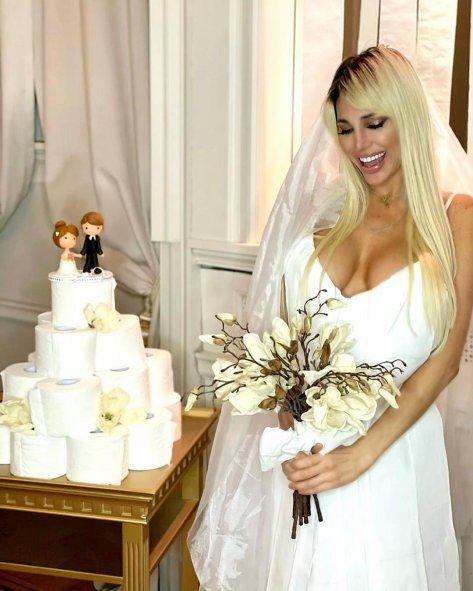 Vicky Xipolitakis posó rodeada de rollos de papel higiénico.
