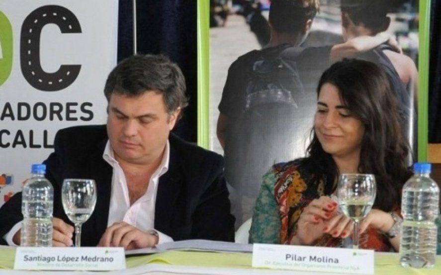 El ministro Santiago López Medrano acompañado por la directora del OPNyA