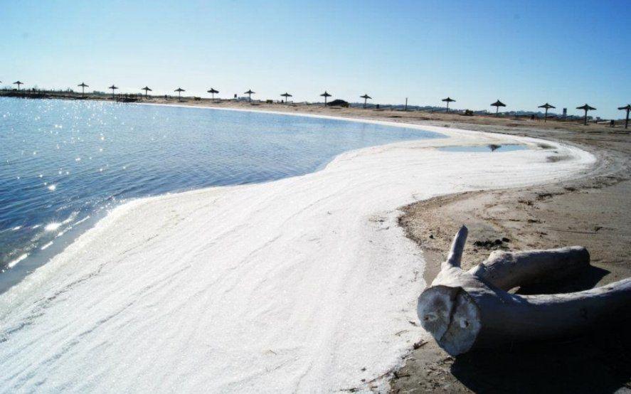 El viento y el oleaje expulsa los cristales a la costa (Fotos; Municipio de Adolfo Alsina)