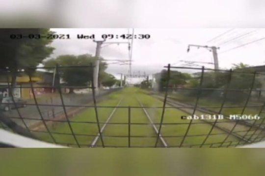 milagro en las vias: el motorman clavo los frenos y evito arrollar a cuatro nenes