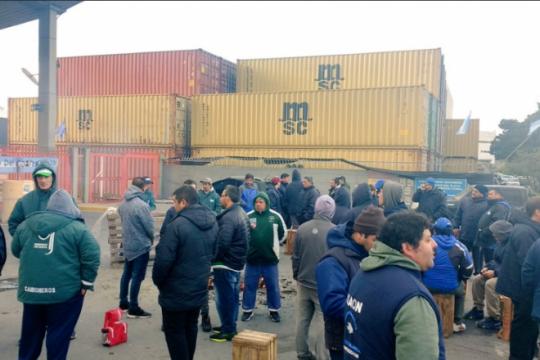 trabajadores bloquean el puerto de mar del plata para frenar los despidos
