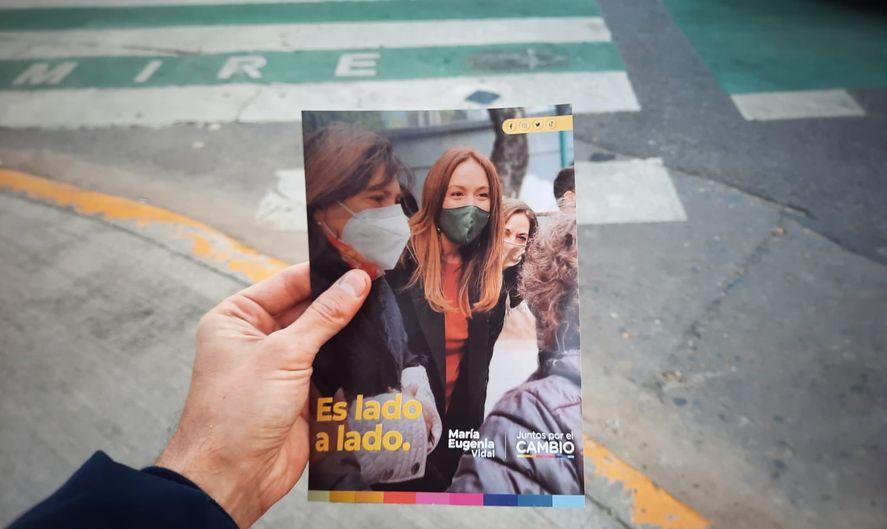 No sólo afiche sino también volantes de campaña de Juntos, muestran a María Eugenia Vidal con el slogan