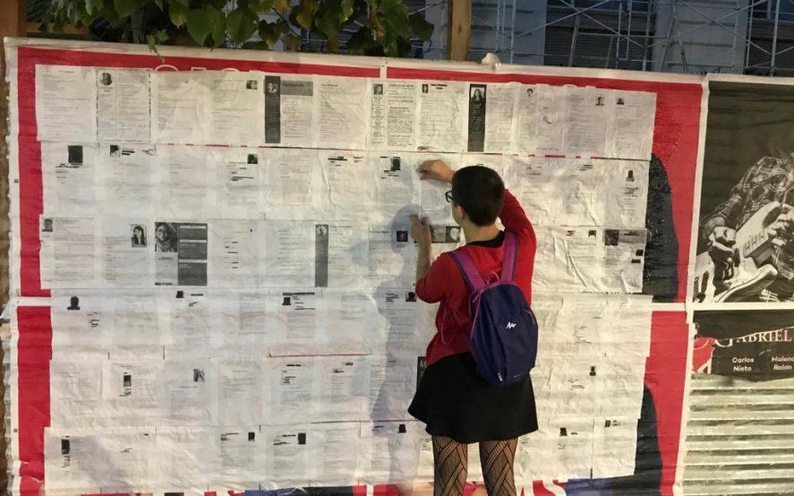 En el Día del Trabajador, salió a empapelar las calles de La Plata con currículums de desempleados
