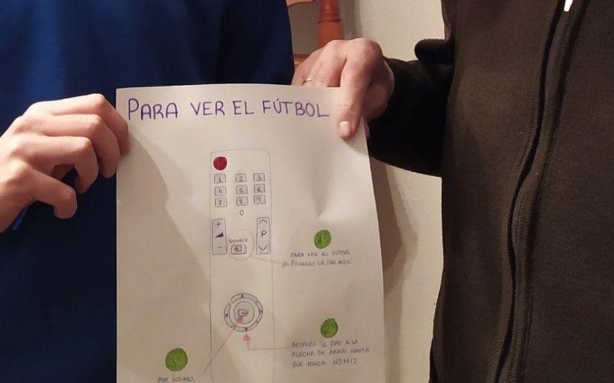 El nieto ideal: hizo un tutorial para que su abuelo aprenda a poner fútbol en la TV