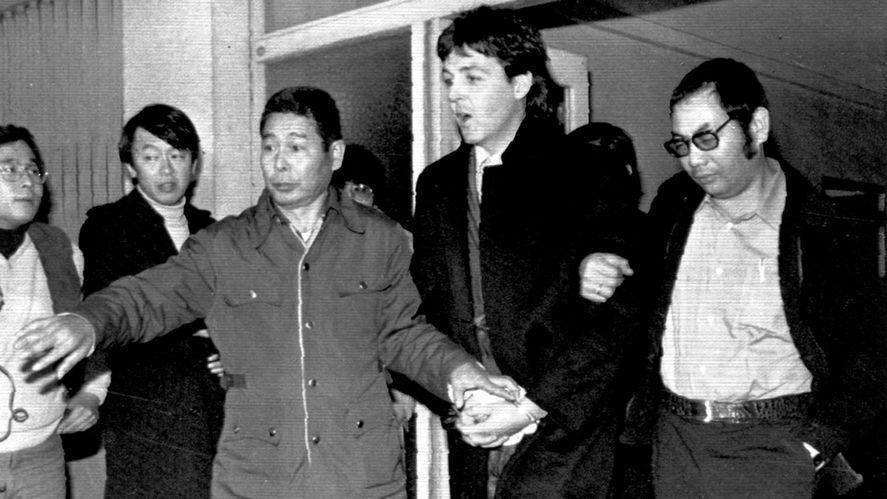 Imagen de Paul McCartney mientras era detenido en Tokio.