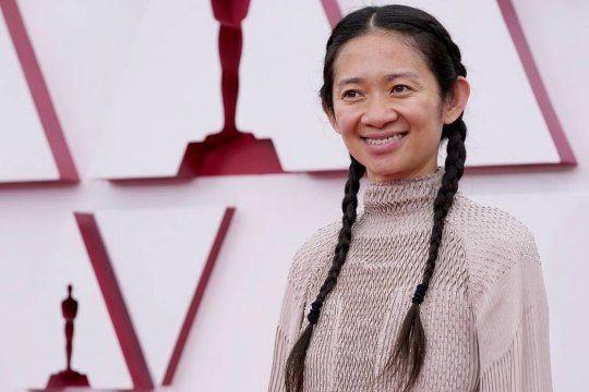 Chloe Zao, directora de Nomadland, premiada como mejor película y mejor dirección.