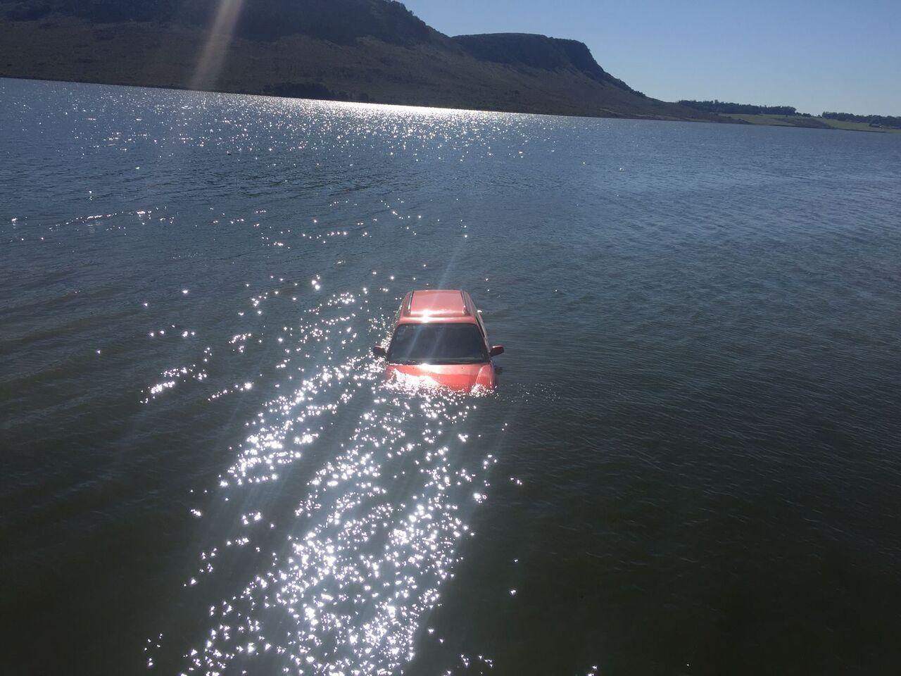 La camioneta terminó inmersa en la laguna de Balcarce (Foto: La Vanguardia)