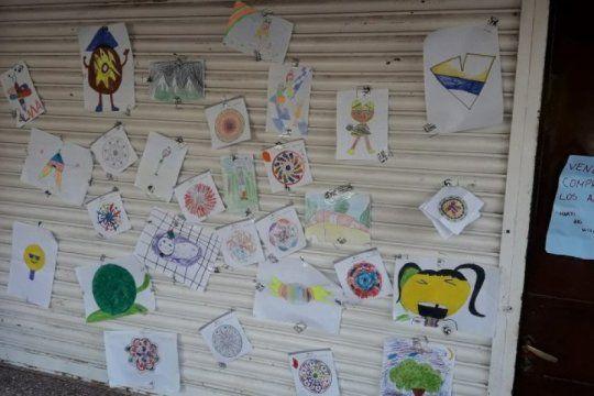 tapalque: tienen entre 7 y 10 anos y venden sus dibujos para comprarles comida a los perros de la calle