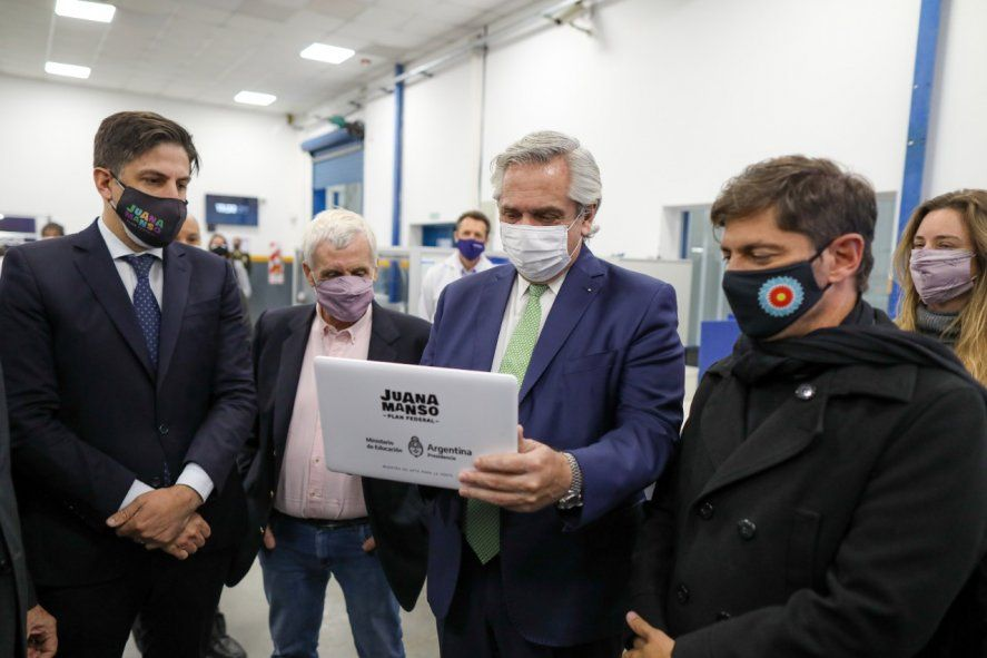 Nicolás Trotta, Alberto Fernández y Axel Kicillof con una de las netbooks que se entregarán en el programa Juana Manso.