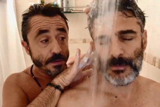 a calzon quitado: pablo granados y leo sbaraglia incendiaron las redes en una entrevista bajo la ducha