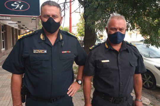 El comisario (a la izquierda) arremetió contra funcionarios públicos