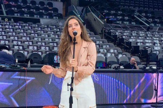 la joven argentina que canto el himno en el homenaje a ginobili se defendio en las redes