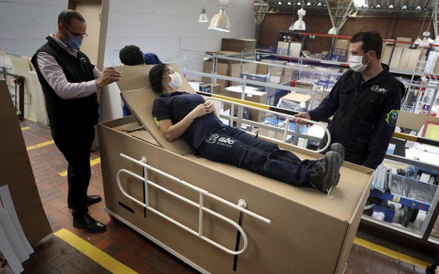 En Colombia crearon una camilla de hospital que se convierte en ataúd