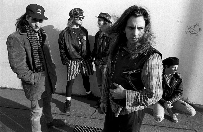 """La formación de Pearl Jam para """"Ten"""" era Eddie Vedder en la voz, Jeff Ament en el bajo, Dave Krusen en la batería y Stone Gossard y Mike McCready en las guitarras."""