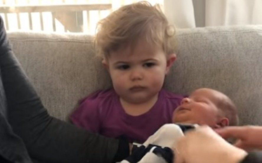 La insólita reacción de una nena al ver por primera vez a su hermanito recién nacido
