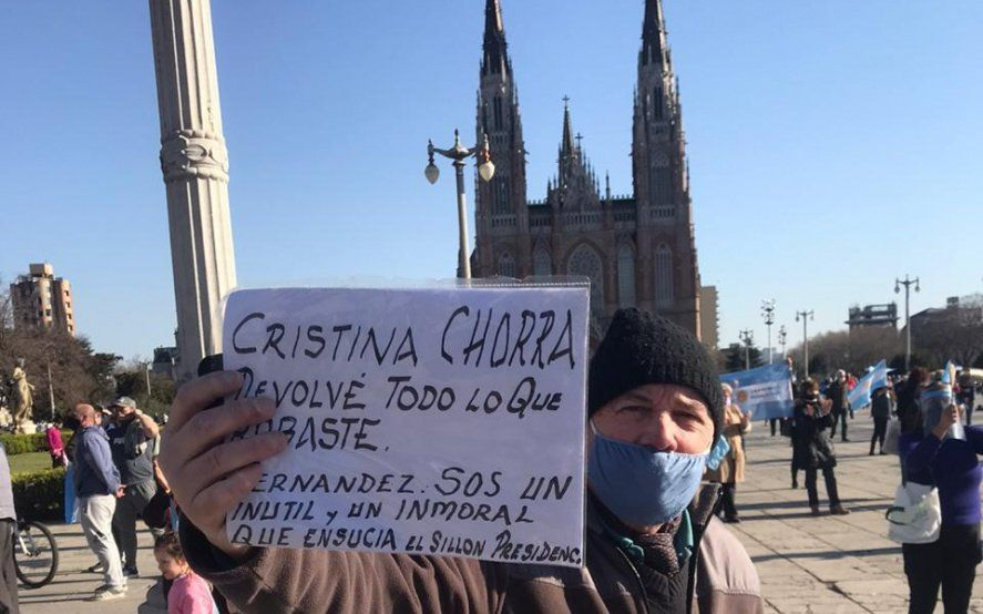 #17A en La Plata: Comenzó el banderazo en Plaza Moreno