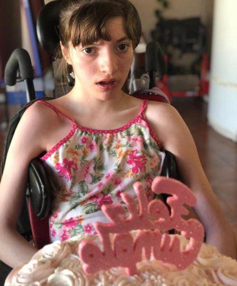 Milagros Da Giau es una adolescente de 16 años con parálisis cerebral, para continuar con sus tratamientos necesita recibir la vacuna Pfizer.