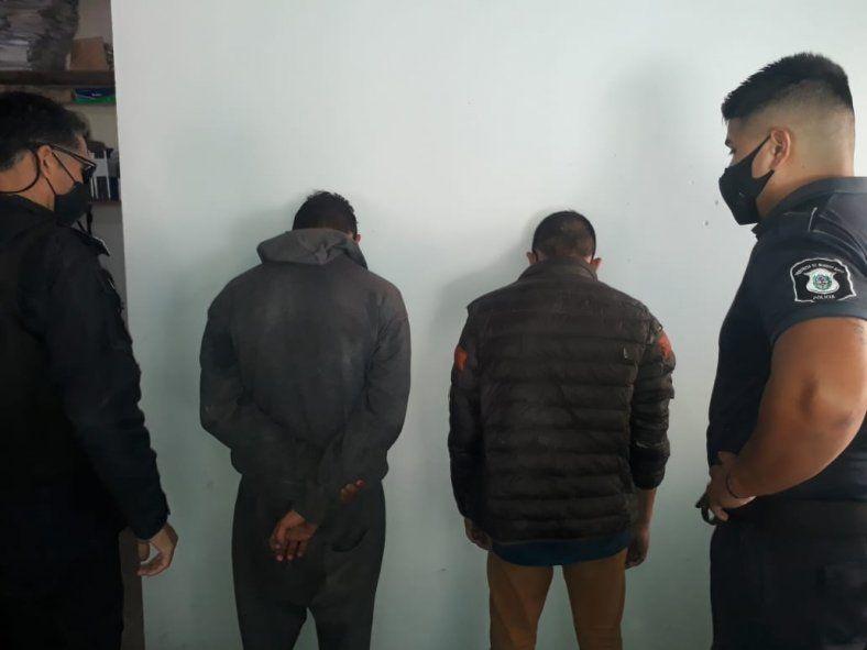 Dos menores le robaron a  una mujer que esperaba el micro