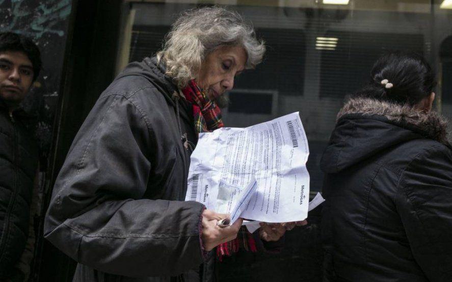 Cada vez más familias se endeudan a tasas altas para poder pagar las tarifas