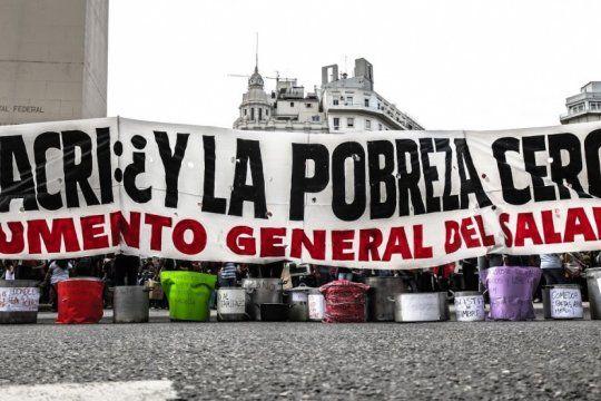 por la crisis y la pobreza, movimientos sociales acamparan en las puertas de los hipermercados