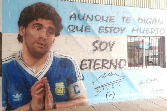 """Pintaron un mural de Diego Maradona con la letra """"Las verdades"""", de Sueño de Pescado, en San Cristóbal."""