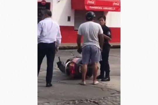 repudio en las redes: un motociclista le pego una cachetada a una policia mientras lo interrogaba