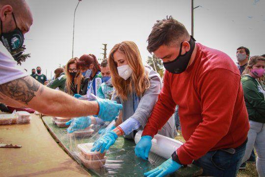Tolosa Paz particippó de una imporatnte entrega de viandas en un barrio de La Plata