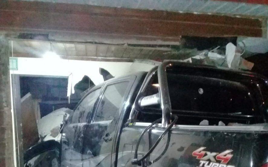 Una camioneta destrozó su casa, la policía los maltrató y se sienten abandonados