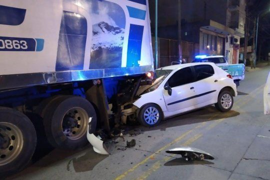 tragedia vial: tres chicas murieron al chocar un auto contra un camion estacionado
