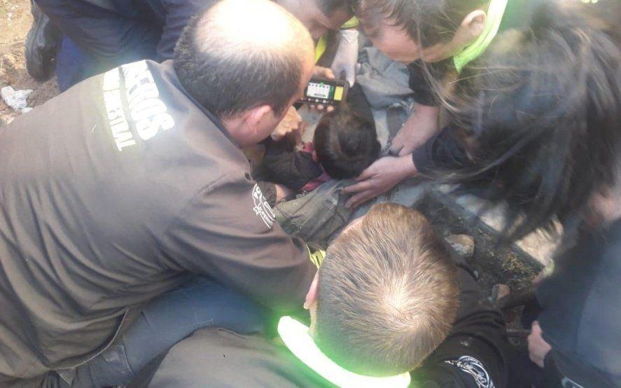 Caricias, canciones y Pepa Pig: los bomberos que rescataron al bebé revelaron cómo hicieron para calmarlo