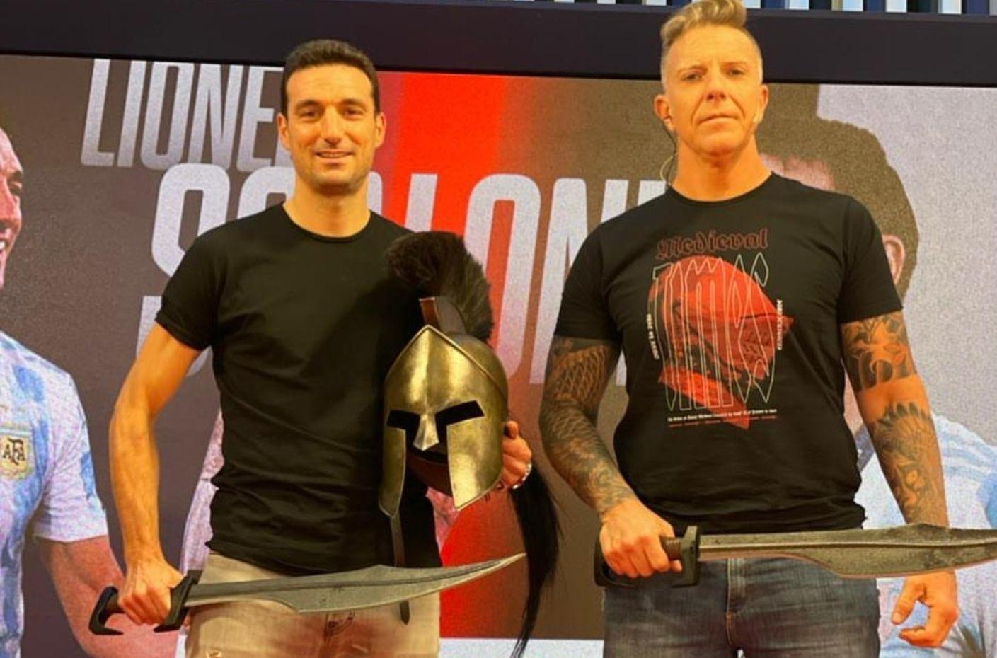 Momento lisérgico de la entrevista de Alejandro Fantino a Lionel Scaloni, vestidos de espartanos