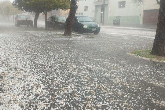 Bragado fue una de las primeras ciudades en registrar la caída de granizo (Foto: @SergioJalfin)