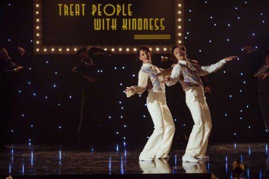 El nuevo video de Harry Styles lanzado hoy se llama Trata a la gente con amabilidad y una mezcla casera con Dancing Queen de ABBA fue tendencia
