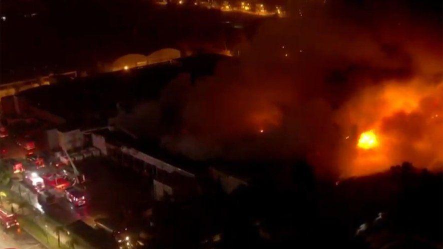 San Fernando: suma tensión en un mega incendio en una panificadora