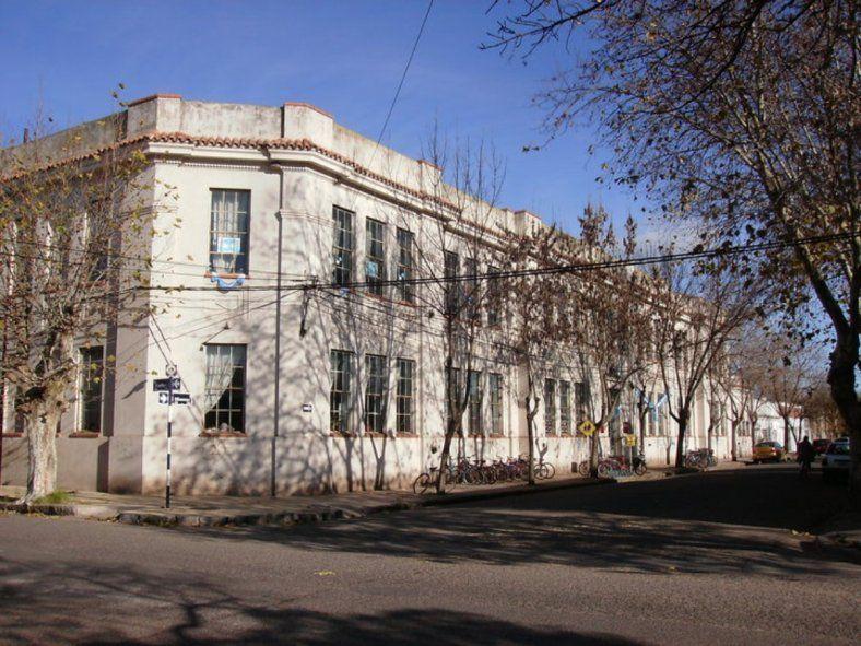 La escuela N°1 de Las Flores tuvo que cerrar sus puertas por un brote de coronavirus (Foto: Facebook Escuela Uno Las Flores)