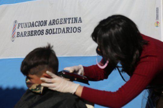 Peluqueros cortan el pelo gratis a los chicos debarrios populares