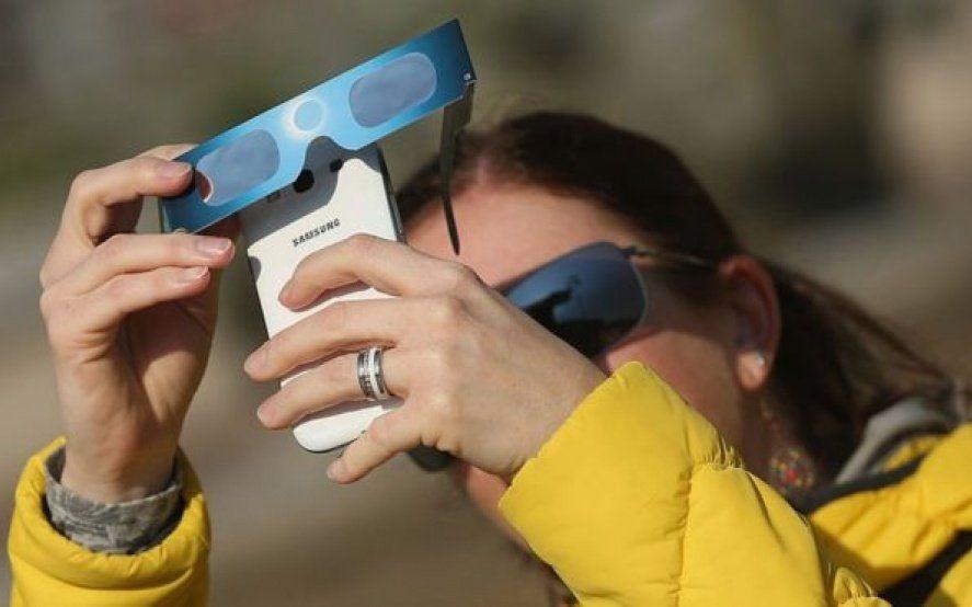 Consejos para sacar las mejores fotos del eclipse solar total y no dañar el celular