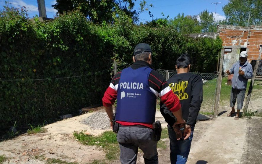 Fueron a buscar a un hombre por balear a otro y encontraron drogas y armas: seis detenidos