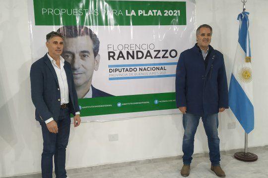 Alejandro Santecchia (izquierda), uno de los precandidatos de Vamos con Vos en La Plata, respaldado por Alejandro Topo Rodríguez (derecha).