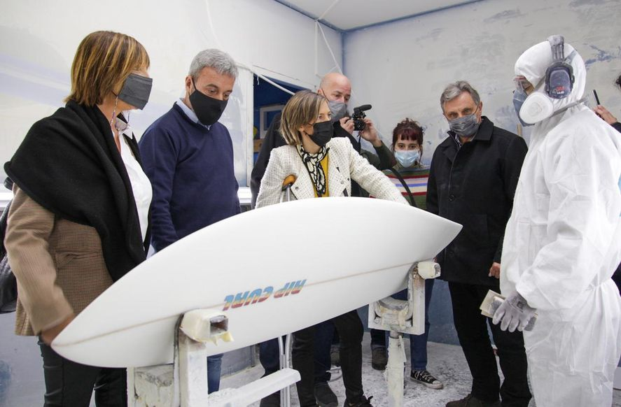 Carolina Castro en una fábrica de tablas de surf en Mar del Plata.