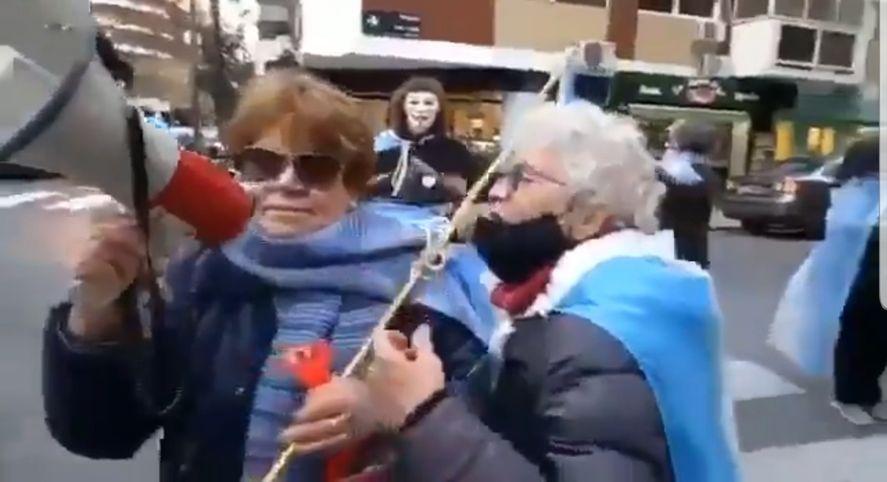 Las imágenes de las mujeres mayores con megáfono insultando a Cristina Kirchner en la esquina de su domicilio