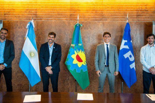 La firma del convenio se realizó en las oficinas de YPF.