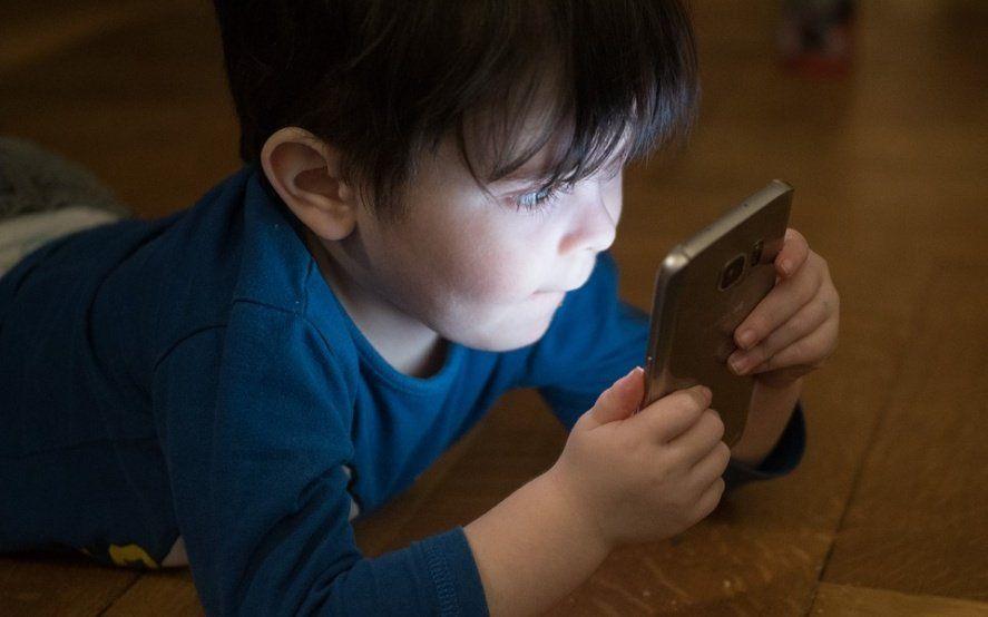 Una falla de Facebook permitió que miles de chicos chatearan con extraños en Messenger Kids
