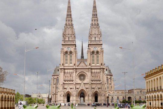 acuerdo entre el ceamse y lujan para colocar decenas de contenedores de residuos en las inmediaciones de la basilica