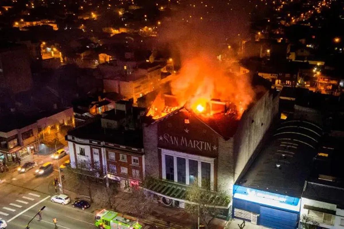 Se incendió el viejo cine San Martín de Mar del Plata.