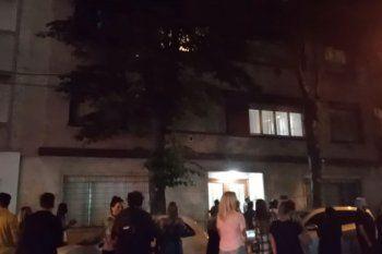 Decenas de personas se manifestaron anoche por el perro que murió tras caer del edificio