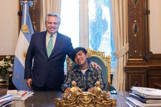 Alberto Fernández y Maximiliano Sánchez en Casa Rosada. El joven Wichi es uno de los 50 finalistas del premio que recompensa a estudiantes del mundo.